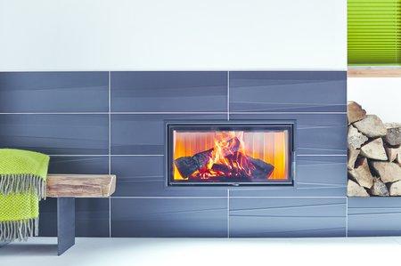 Eine große, flächige Ofenkeramik sorgt für ein eindrucksvolles Feuer-Design.