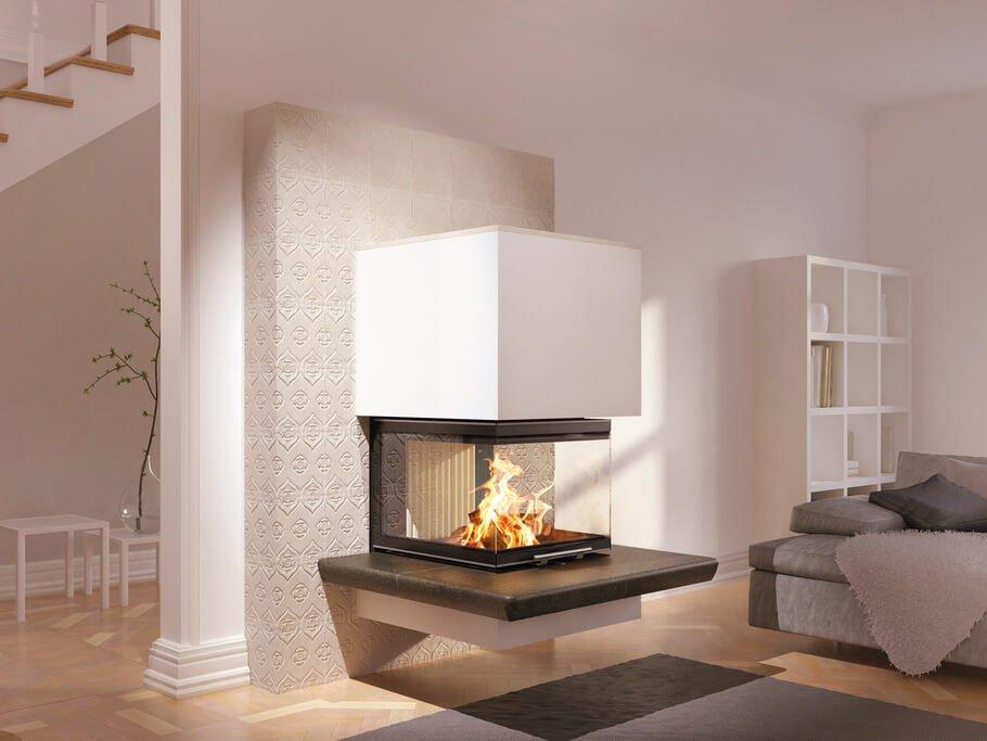 Kaminofen mit weißer Ofenkeramik-Verkleidung und dreiseitiger Sichtscheibe für großen Einblick ins Feuer