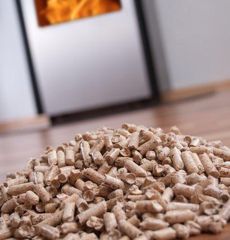 Das Heizen mit Holzpellets ist deutlich günstiger als mit Heizöl oder Erdgas.