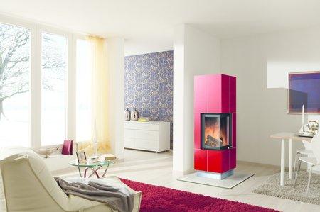 Großflächige Ofenkeramik in schönen Farben beleben den Stil eines modernen Kachelofens.