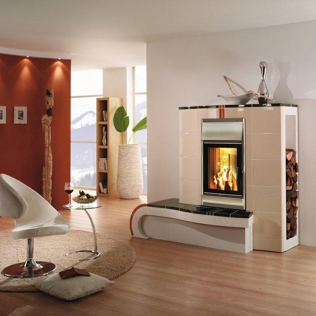 Ein Kombi-Kachelofen/Heizkamin wärmt den Raum umweltfreundlich.