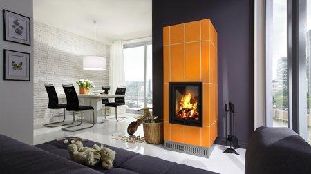 Moderne Großkeramik setzt frische Farbakzente auf einem Heizkamin, Kachelofen und Kaminofen.