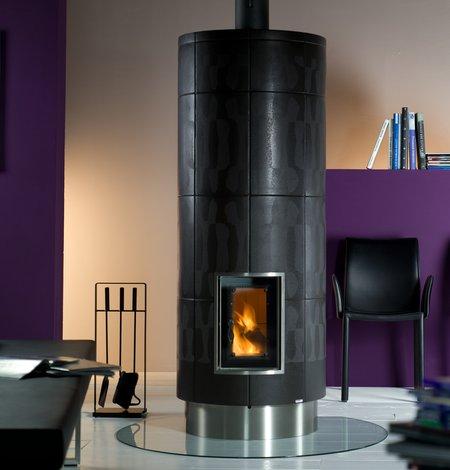 Ein Säulenofen mit attraktiven Kacheldesignsorgt sehr schön für gemütliche Wärme.