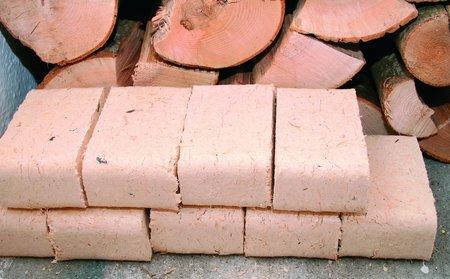 Holzbriketts werden aus restholz verpresst und besitzen einen hohen Heizwert.