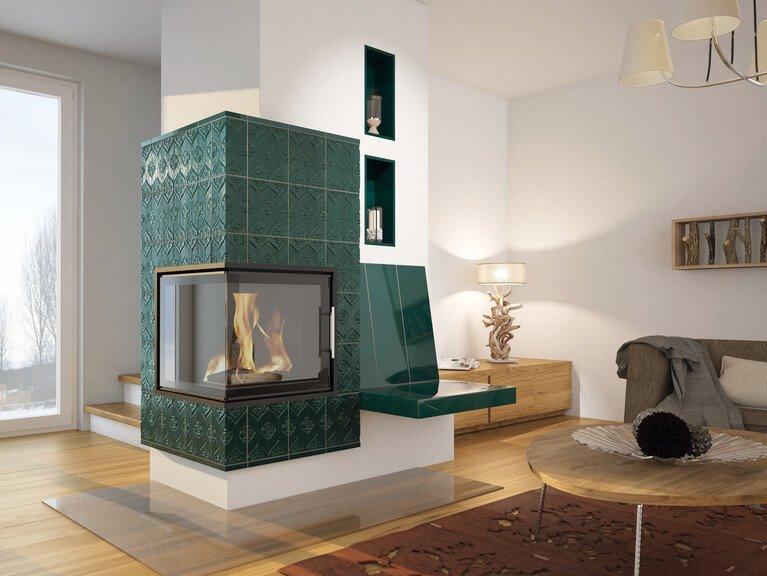 Grundofen in rechteckiger Säulen-Form mit Sitzbank und dunkelgrüner Ofenkeramik