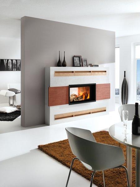 Eine farbenfrohe Ofenkeramik ist ein besonderes Highlight bei einem Tunnel-/Durchsicht-Heizkamin.