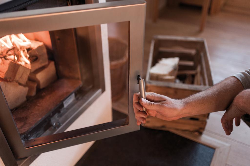 Ein neuer Heizeinsatz bzw. Kachelofeneinsatz bringt emissionsarme Heiztechnik mit geschlossenem Feuerraum, der über die Tür leicht zugänglich ist